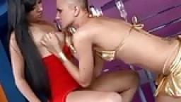 Une gouine chauve baise en ciseaux avec sa copine - Vidéo porno