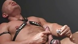 Akos Piros torture de couilles et masturbation - Vidéo porno gay
