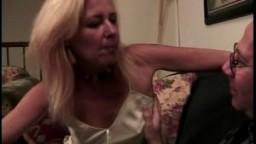 Mature blonde dit à un chauve qu'il est trop poilu