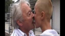 Ado chauve baisée par une vieille bite