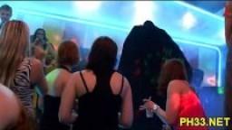 Grosse orgie de baise dans une discothèque