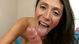 Cougar colombienne suce une bite