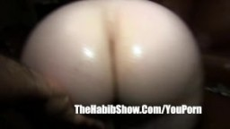 Grosse femme blanche se fait doigter le cul par un arabe