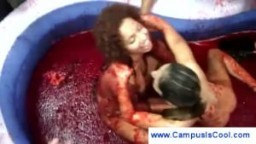 Etudiantes combattent nues dans un bain de raisin
