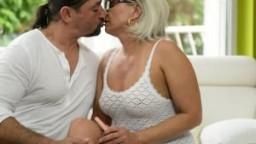 Grand-mère à lunettes baisée par une grosse bite