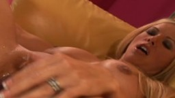 Fabuleuse cougar blonde à gros seins désire une grosse bite