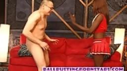 Une jeune pom-pom girl black lui donne des coups de pied dans les couilles