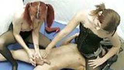 Deux lesbiennes écrasent les couilles de Lance