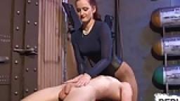 Cette dominatrice lui écrase bien les couilles et s'assoit sur son visage - Vidéo porno