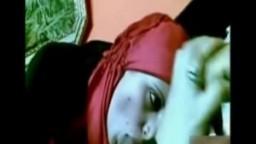 Une arabe musulmane voilée suce une bite dans un bar à chicha