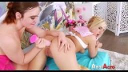 Une jeune lesbienne enfonce un gode avec de la crème dans le cul de sa copine