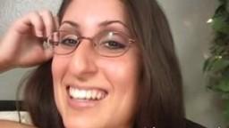 Dasha se fait éjaculer sur les lunettes