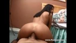Une brunette se fait punir l'anus
