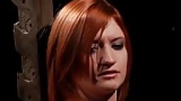 Une jolie rousse fouettée durement pendant qu'elle est attachée - Vidéo porno