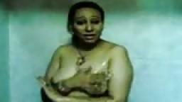Une grosse arabe mature filmée dans la douche