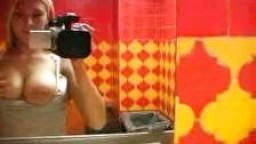 Belle blonde dans les toilettes