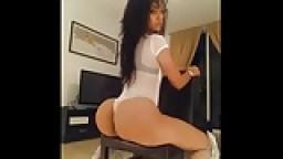 Une jolie cubaine remue son cul énorme à la webcam