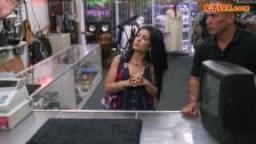 Une cubaine vient vendre sa télé et se fait baiser