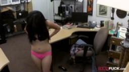 Une cubaine vient vendre sa télé et se fait baiser dans le bureau