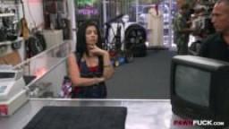 Une cubaine vient vendre sa télé et se fait fourrer