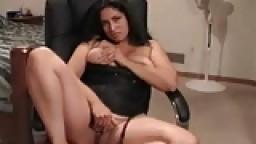 Une arabe sexy se masturbe la chatte