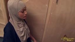 Une femme de ménage arabe enculée profondément