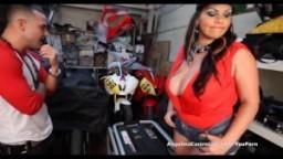 Angelina Castro cubaine à gros seins baise dans un garage à motos
