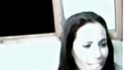 Une arabe montre ses seins à la webcam