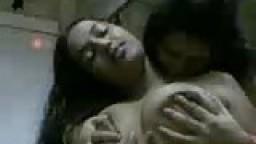 2 lesbiennes arabes jouent avec leurs gros seins