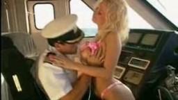 Blonde à gros seins baisée par le capitaine d'un bateau