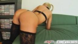 Une blonde se fait déchirer le cul avec un double anal