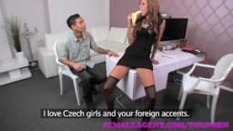 Un asiatique baise la responsable de casting dans son bureau