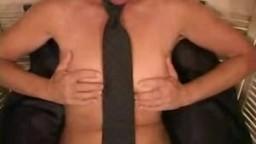 Ejaculation féminine d'une femme en cravatte - Vidéo porno
