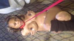 Black enceinte et en laisse suce son mari