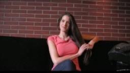 Belle brunette sur le canapé pour le casting