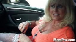 Blonde cougar se fait sodomiser