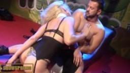 Star du porno blonde baisée sur la scène