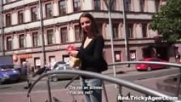 Un agent porno rusé la creampie