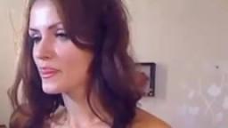 Une petite espagnole se gode à la webcam