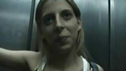 Une espagnole montre ses gros seins dans un ascenseur