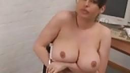 Isabela, espagnole à gros seins au bureau