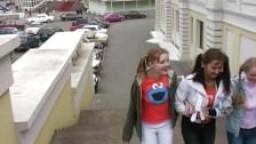 Des filles russes le rendent heureux et le font éjaculer