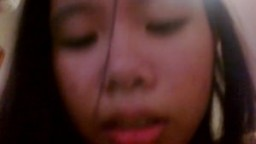 Une jeune thailandaise couine à chevaucher une bite face à la webcam