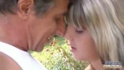 Jeune blonde enculée par un vieux jardinier
