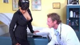 La milf mexicaine Gabby Quinteros suce et baise son docteur !