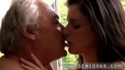 Une belle jeune brune baisée par un vieux