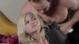 Deux superbes blondes se font défoncer le cul