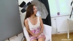 Brunette reçoit un creampie anal pendant une séance photo