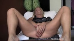 Blonde Skyla joue avec sa chatte et son cul