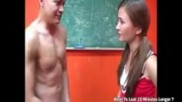 Elle éclate les couilles de son camarade de classe